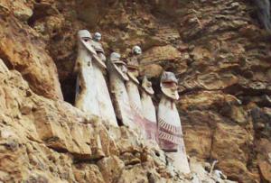 Vista de 6 figuras de los Sarcófagos de Karajía