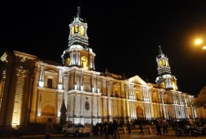 Fachada de la catedral de Arequipa en toma nocturna