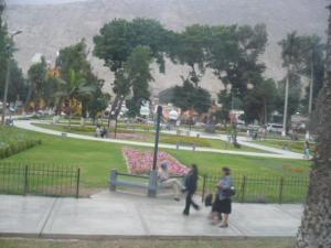 Foto del Parque de Chosica con gente caminando
