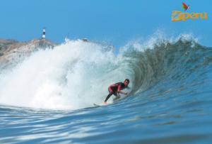 Surf en la playa Cabo Blanco en el norte del Perú