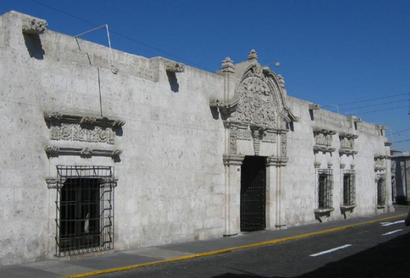 Fachada del monumento colonial mas antiguo de Arequipa