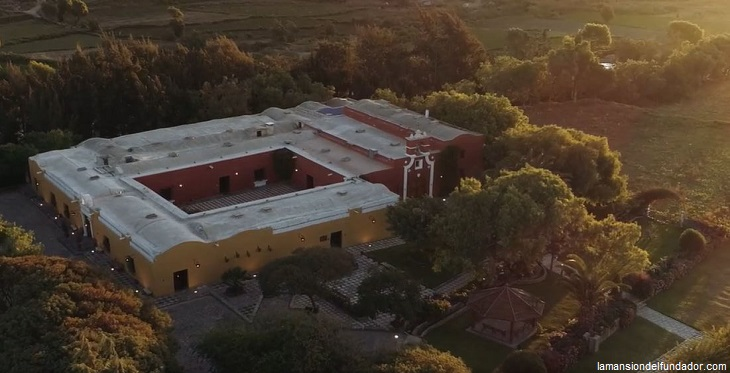 Vista panorámica de la Casa del Fundador en una campiña de Arequipa