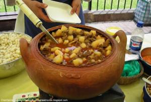 Foto de una clásica olla de barro con chanfainita - Guisos peruanos