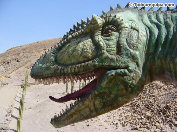 representaciones de dinosaurios en parque de Arequipa