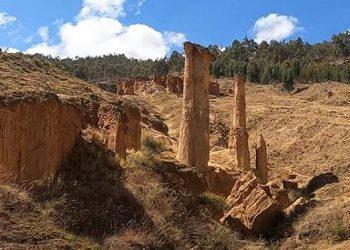 Vista de las formaciones de piedras en Torre Torre de Huancayo