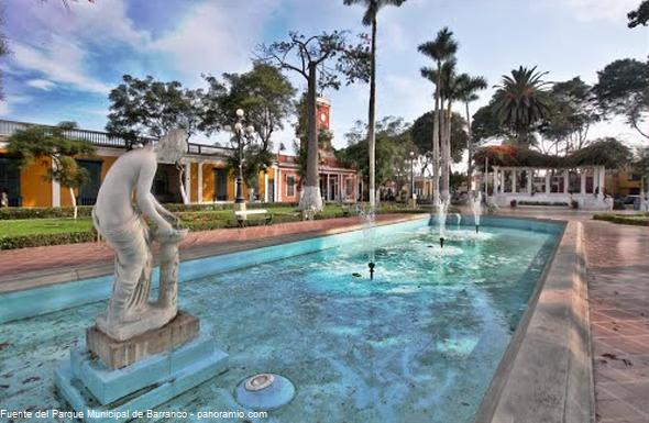 Esculturas de mármol en la plaza de Armas de Barranco