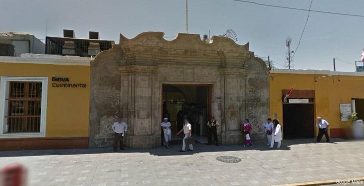 Vista de la fachada y pórtico de la Casa de Bolívar en Ica