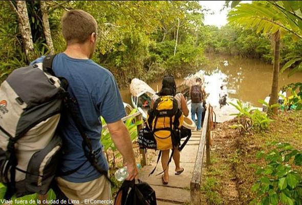 Turistas paseando en la selva