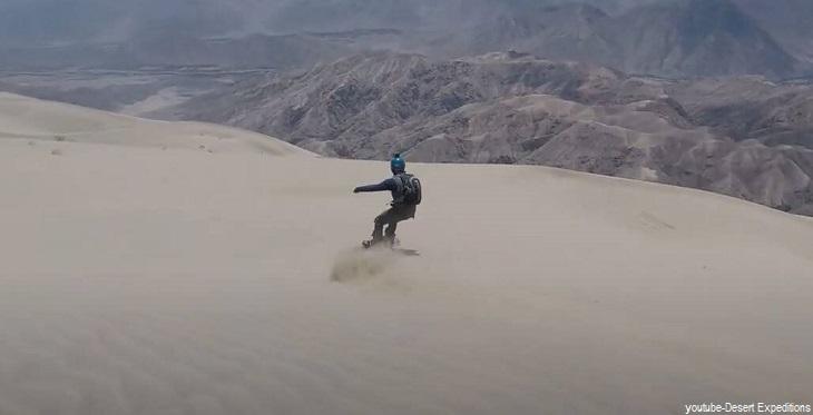 Práctica de sandboarding en las dunas de Cerro Blanco en Ica
