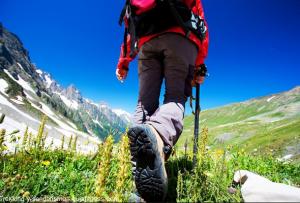 Viajero con mochila de trekking