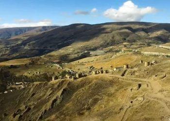 Vista panorámida de la ciudad de Paucartambo en Cusco
