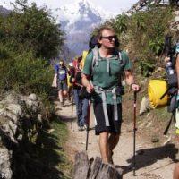 Turistas hacen trekking en Cusco