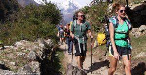 Turistas hacen trekking en Cusco por el Camino Inca
