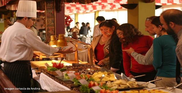 Imagen de turistas disfrutando la comida peruana en buffet criollo