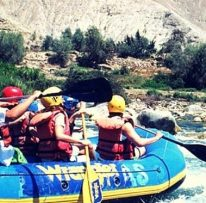 Viajeros en un día emocionante de canotaje en lunahuaná