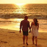 Qué hacer el 14 de febrero en Lima por San Valentín: pareja caminando en la playa en un atardecer
