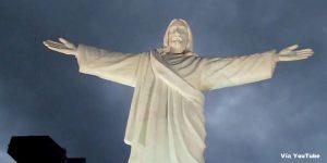 Imagen del Cristo Blanco de Cusco con los brazos extendidos - Foto de noche