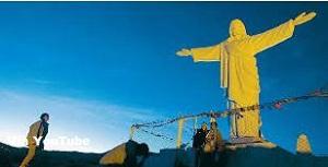 Estatua del Cristo Blanco de Cusco visto casi de noche