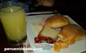 Plato con panes, queso, jamón, mermelada, mandarinas y jugo de piña: Desayuno buffet Hotel El Portal del Marques - Cajamarca, Perú
