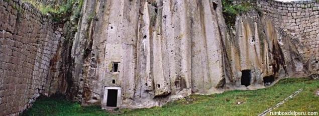 Imagen panorámica de las entradas a los túneles de este singular penitenciaría de la época de la Conquista en Apurímac.