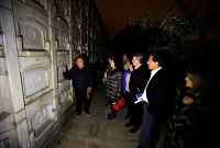 Grupo de visitantes durante el Tour Noches de Luna Llena en el Cementerio Presbítero Maestro.