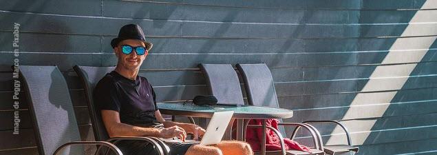 Imagen de hombre sentado con su computadora portátil en las piernas: Foto de Peggy Marco en Pixabay
