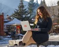 Imagen de coworkingbansko en Pixabay: Mujer con su computadora portátil aprendiendo online