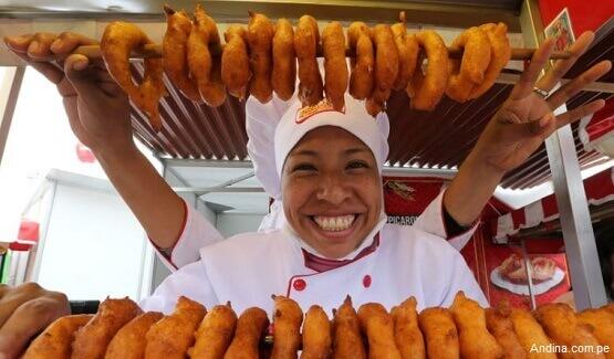 Imagen de una típica vendedora de picarones en Perú. - Foto vía Andina.