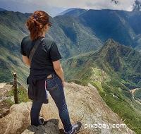 Imagen de mujer mirando Machu Picchu, desde una zona alta (foto de pixabay)