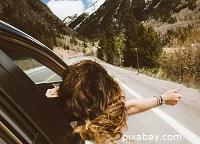Imagen de mujer viajando en coche y al aire libre (pixabay.com)