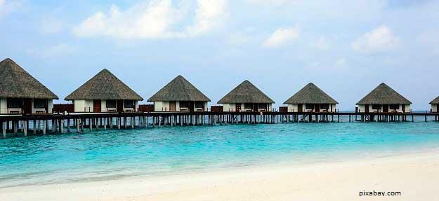 Imagen de grupo de bungalows separados en pie de playa (pixabay)