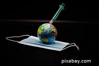 Imagen del planeta tierra sobre una mascarilla y vacuna de coronavirus (pixabay)