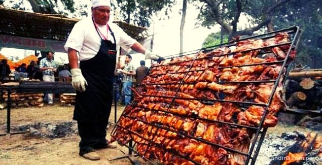 Imagen de cocinero con parrilla para chancho al palo en Huaral (Vía Andina)