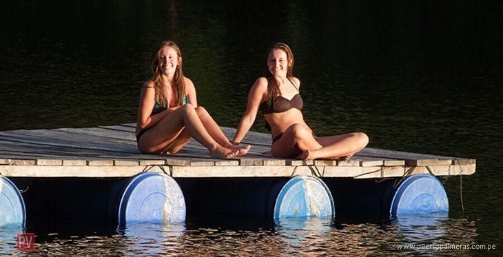 Chicas en bikini disfrutando del lago artificial del Hotel Puerto Palmeras Tarapoto Resort
