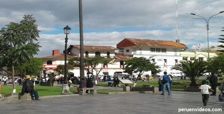 Vista de uno de los lados de la Plaza de Armas de Cajamarca