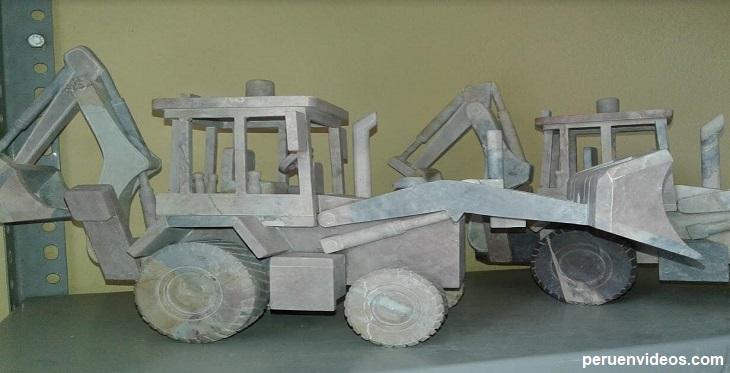 Trabajo en piedra con forma de tractor, por artesanos de Huambocancha en Cajamarca