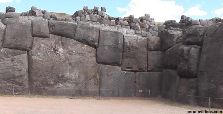 Una de las rocas más grandes y con ángulos en las paredes de Sacsayhuaman en Cusco