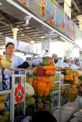 Puestos de jugos en el Mercado Central de Cusco.
