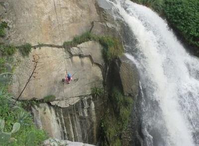 Turista practicando rapel en pared de roca en Songos, Huarochirí.